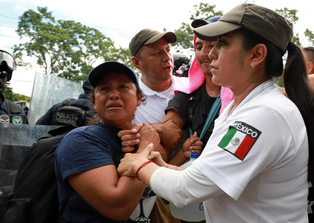 Un grupo de inmigrantes salvadoreños es detenido en Metapa, Chiapas. El gobierno de México enfrenta sus propias presiones para lidiar con el flujo de centroamericanos. GETTY IMAGES