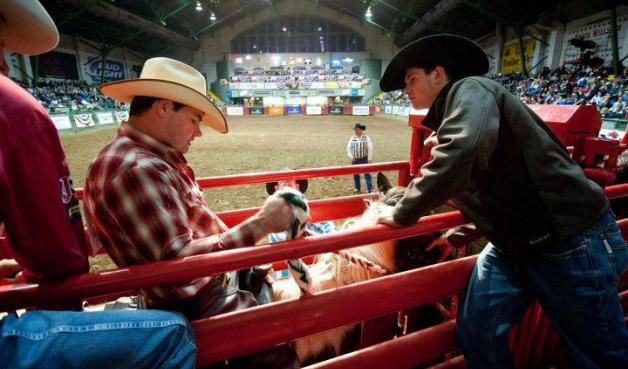 Las competencias de rodeo son todos los viernes y sábados a las 8 p.m. en el Cowtown Coliseum de Fort Worth.