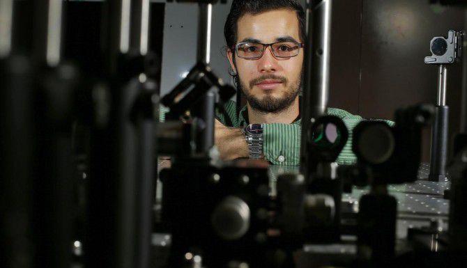 Manuel De Anda, un estudiante mexicano, trabaja en el laboratorio de rayos láser de la Universidad de Texas en Dallas. (DMN/NATHAN HUNSINGER)