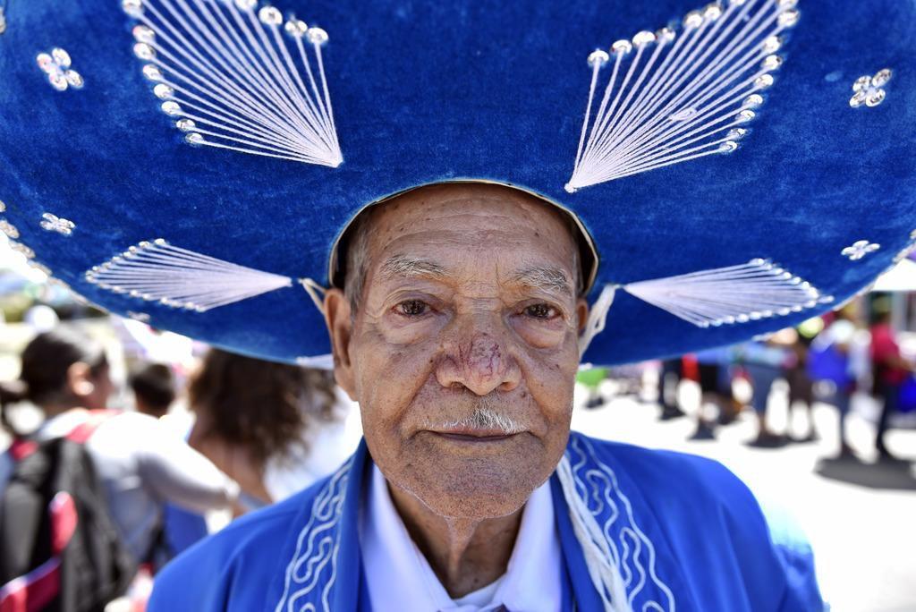 Juan Palacio, de Guanajuato, con su traje de mariachi, mientras camina por la Jefferson Boulevard. BEN TORRES/AL DÍA
