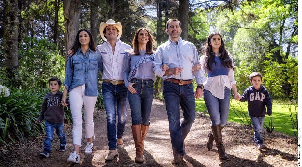Eduardo Capetillo (tercero de der. a izq.) y Bibi Gaytán (centro) compartieron una imagen con sus cinco hijos. (AGENCIA REFORMA)