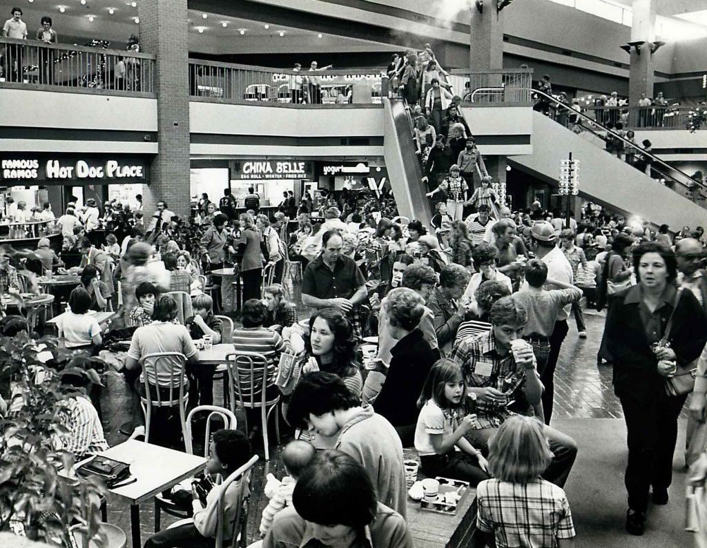On Nov. 24, 1978, shoppers packed the food court at Valley View.