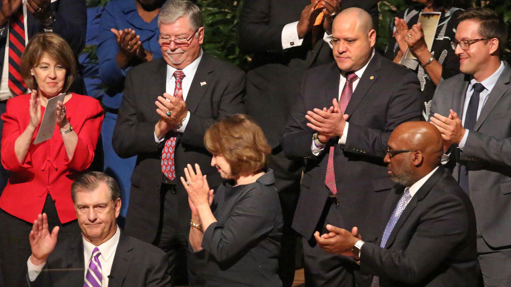 El Concejo ovaciona al alcalde Mike Rawlings durante su juramentación en 2017. Los conejales recibieron contribuciones por $78,000 de gente ligada a una empresa involucrada en un escándalo con la fenecida Dallas County Schools. (DMN/LOUIS DeLUCA)