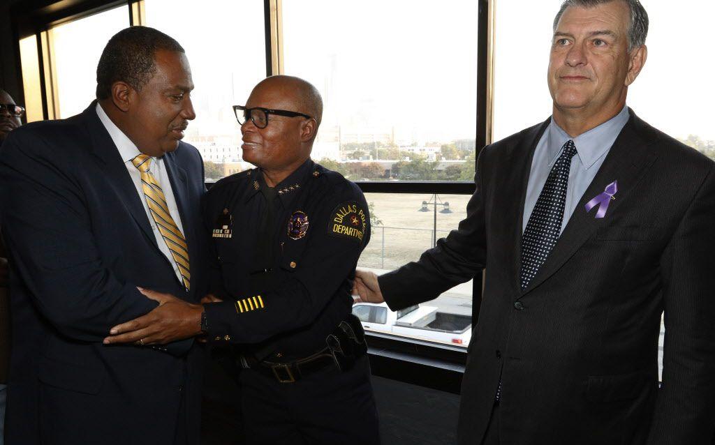 El alcalde de Dallas Mike Rawlings (der.) y el senador estatal Royce West (izq.), expresaron su apoyo al jefe de la policía David Brown en un evento el viernes por la mañana.(DAVID WOO/ DMN)