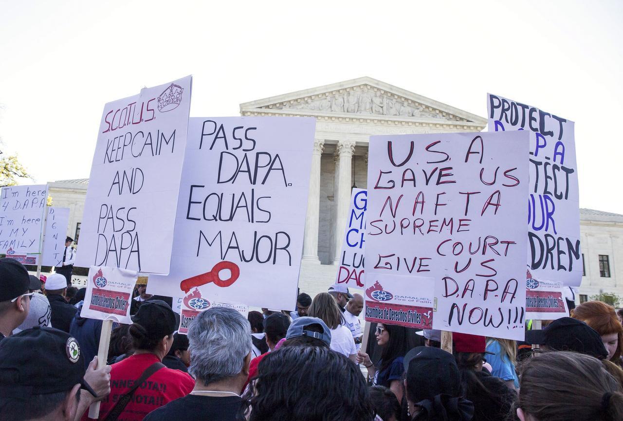 Una manifestación en favor de los programas que impulsa Barack Obama que evitaría la deportación de millones de inmigrantes. (NYT/ZACH GIBSON)