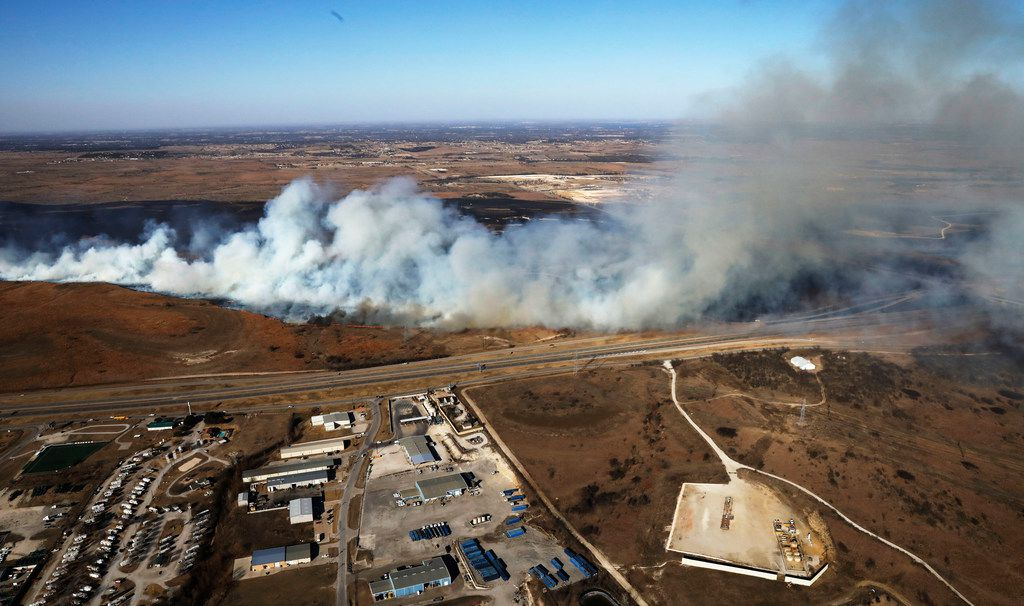 Fire crews tried to control a grass fire west of Fort Worth on Jan. 22, 2018. A massive blaze in Parker County forced residents to evacuate their homes and shut down Interstates 20 and 30. (David Woo/The Dallas Morning News)