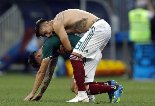 Carlos Salcedo y Miguel Layún se abrazan al final del juego. Foto AP