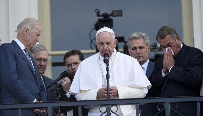 El papa Francisco, junto al vicepresidente Joe Biden (izq.) y el presidente del Congreso John Boehner. (AP/SUSAN WALSH)