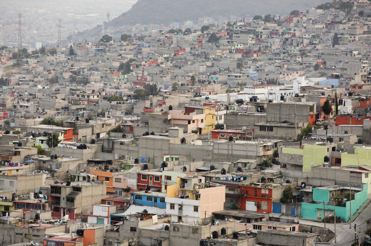 Una vista de Ecatepec, un suburbio de 1.6 millones de personas en donde 1,554 mujeres han desaparecido desde 2005.  ——-  Ecatepec, un suburbio en el Estado de México, se apresta para recibir al Papa. AP