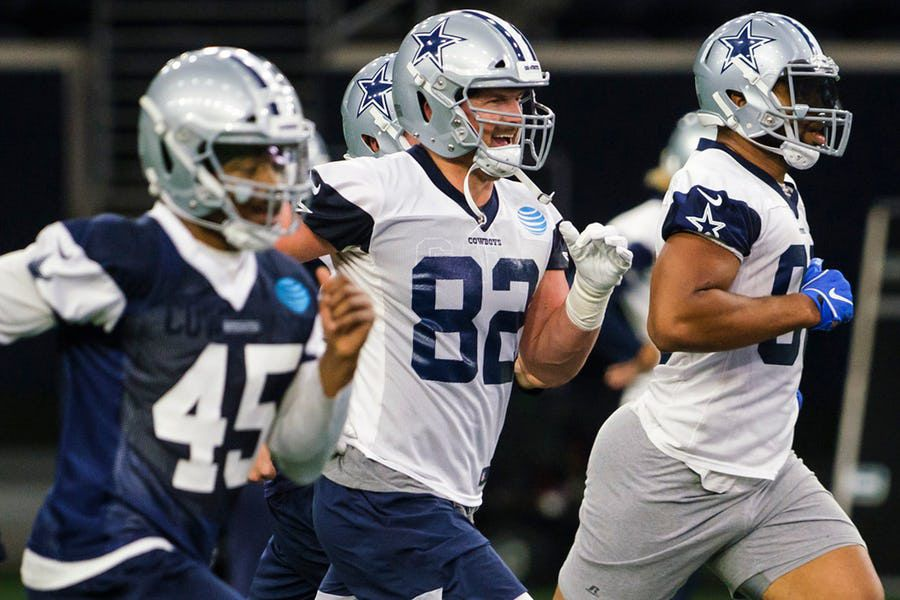 Jason Witten (82), Andrew Dowell (45) y  Rico Gathers (80) durante un entrenamiento el 5 de junio en The Star. (Smiley N. Pool/The Dallas Morning News)