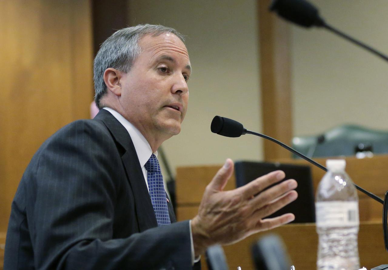 En esta foto de julio 29 de 2015, el procurador general de Texas, Ken Paxton, habla durante una audiencia en Austin, Texas. (AP/ERIC GAY)