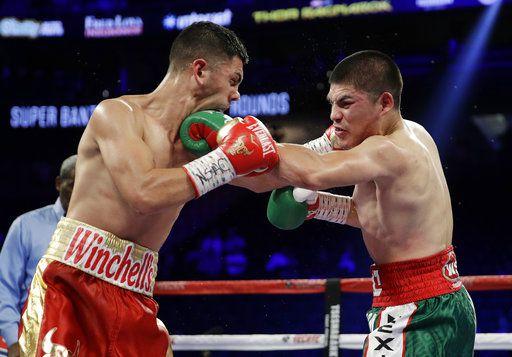 Diego de la Hoya (der.) ante Randy Caballero, en una de las peleas en la cartelera de Canelo Álvarez vs. GGG Golovkin en Las Vegas. Foto AP