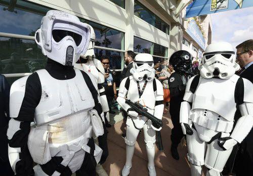 Fans suelen disfrazarse de Stormtroopers para los estrenos de las películas de Star Wars.  Foto AP