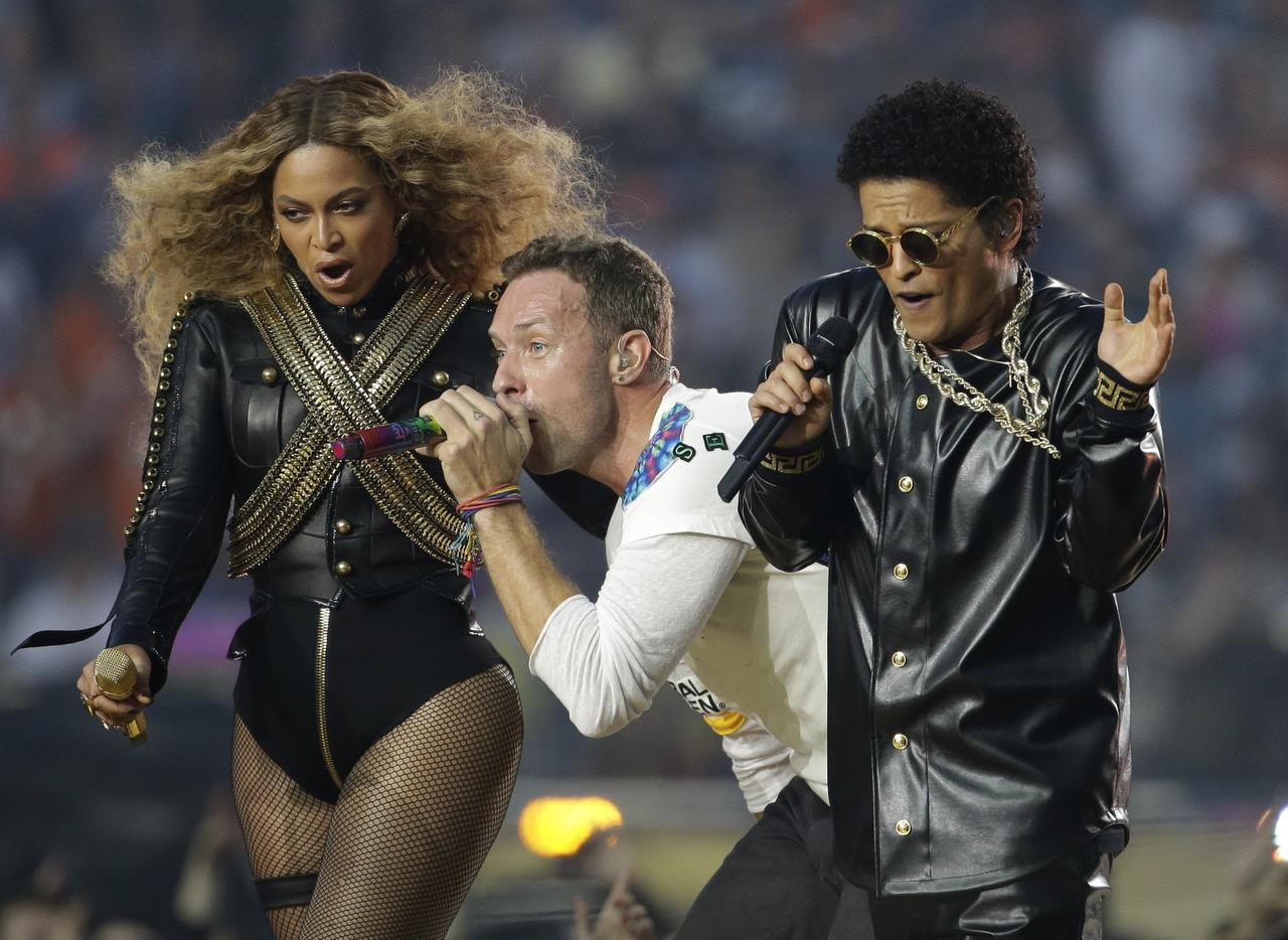Beyoncé, Chris Martin (de Coldplay) y Bruno Mars durante el show de Medio Tiempo del Súper Tazón. (AP/JULIO CORTEZ)