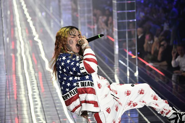 6ix9ine (Photo by Marco BERTORELLO / AFP)