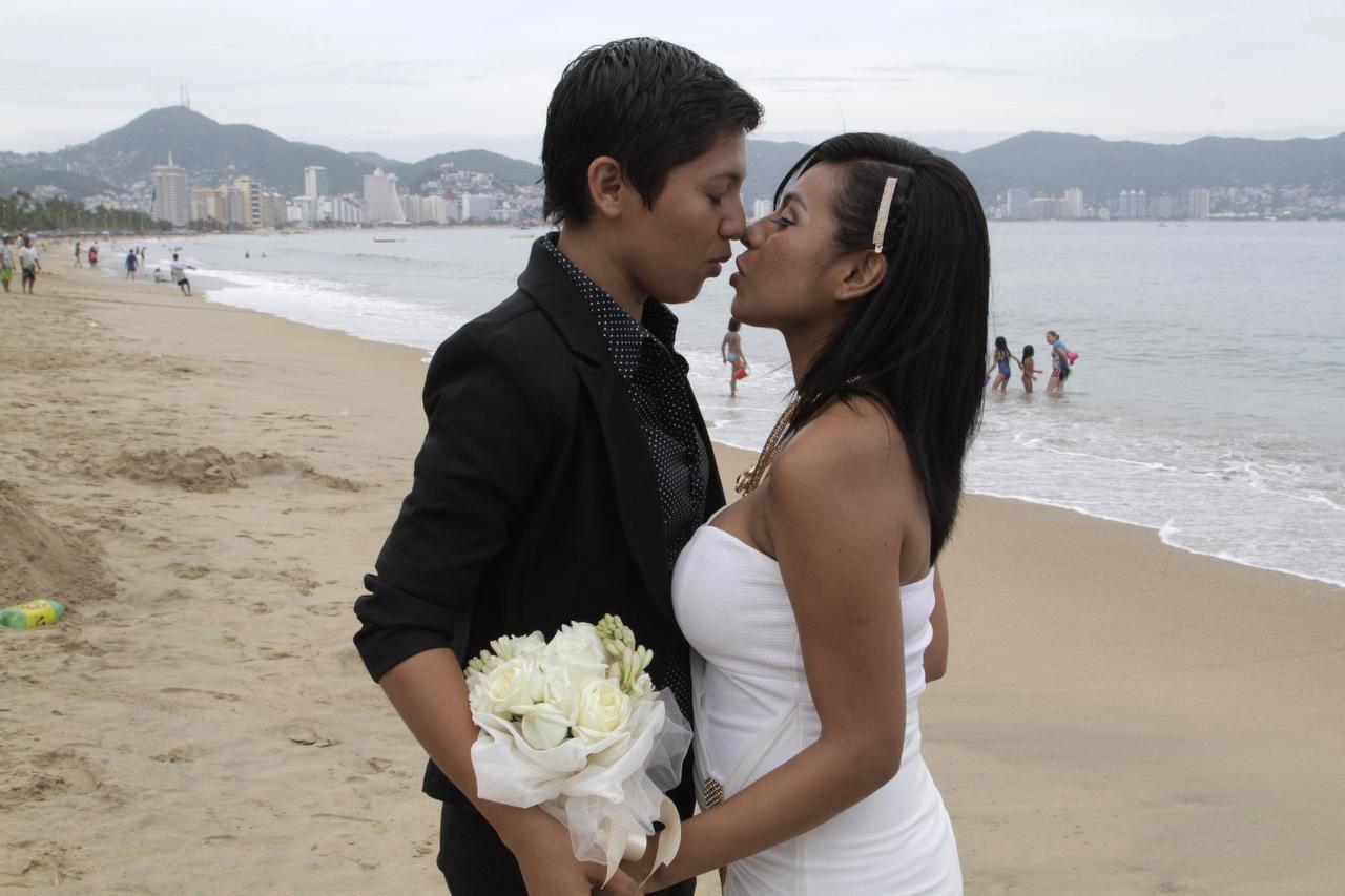 Una pareja del mismo sexo se casa en una ceremonia para parejas gay, lesbianas y transgénero en Acapulco, Guerrero. (AP/BERNANDINO HERNÁNDEZ)