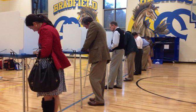 Votantes que residen en el condado de Dallas sufragan en la primaria Bradfield de Highland Park. (DMN/DAVID WOO)