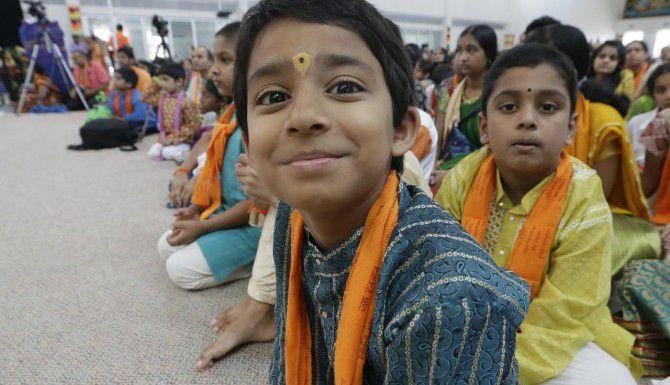 Un grupo de niños participa de un evento en el templo Karya Siddhi Hanuman en Frisco. Las migración asiática superará a los hispanos en el 2055, afirma un estudio del Pew Research Center. (AP/LM OTERO)