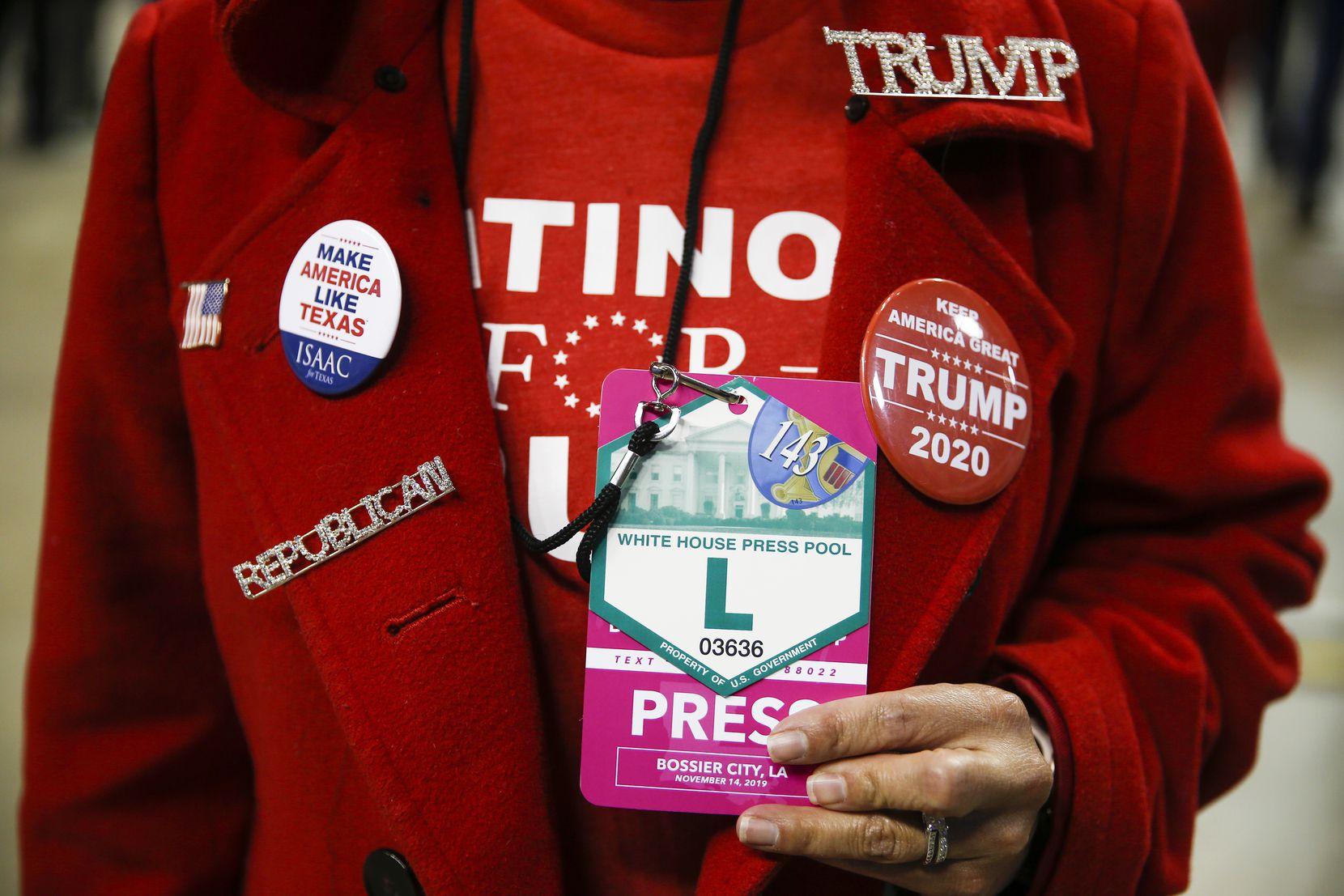 Martha Doss a arboré une accréditation de presse officielle de la Maison Blanche lors d'un rassemblement pour réélire le président Donald Trump à Bossier City, en Louisiane, le 14 novembre 2019. Doss a été envoyé par l'Assemblée nationale républicaine hispanique pour créer du contenu sur les réseaux sociaux.