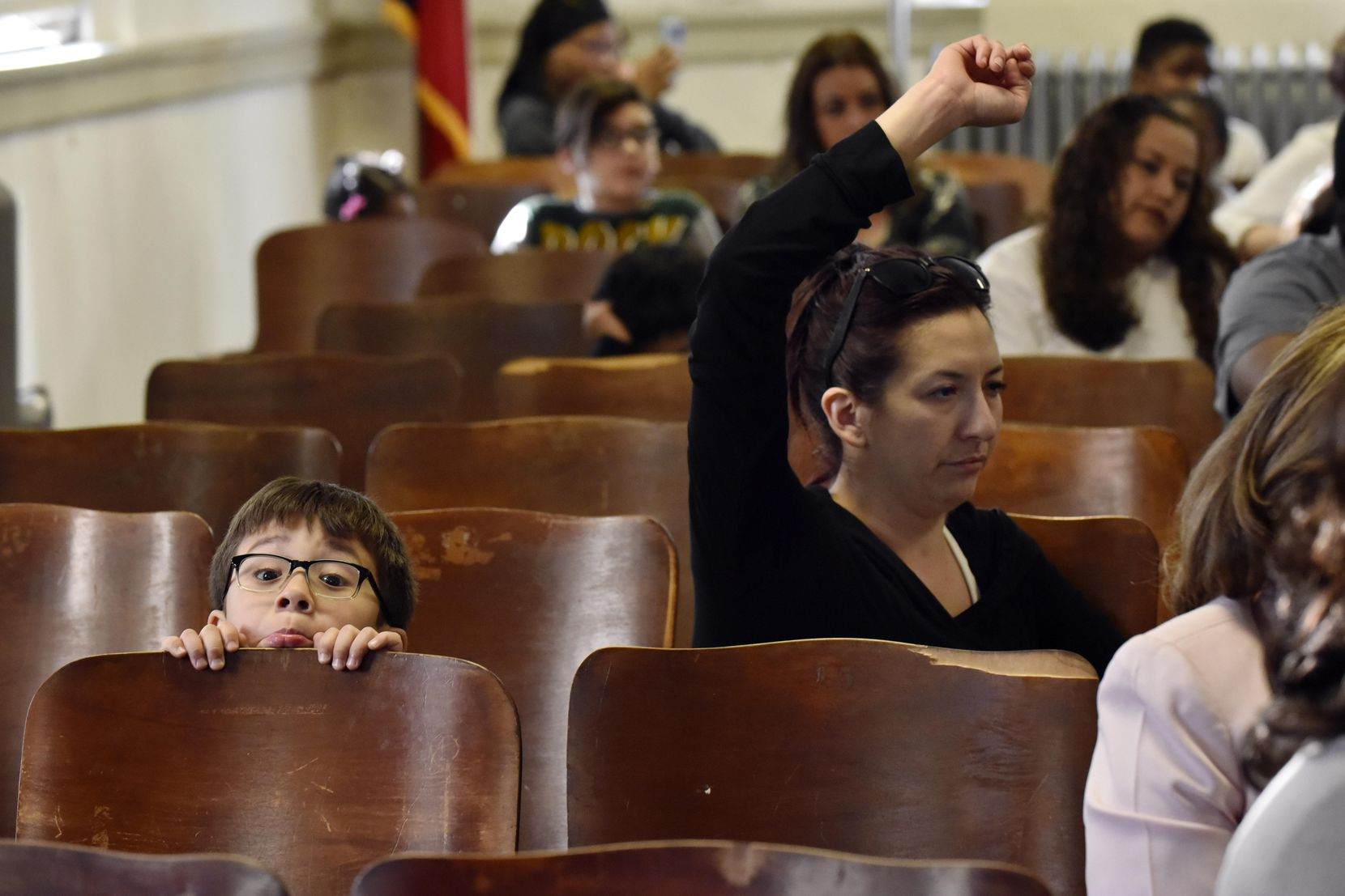 John Doney, de 6 años, junto a su madre Alise Richardson (der.), quien esperaba hablar sobre el cierre de la primaria Sam Houston durante una audiencia realizada esta semana. BEN TORRES/ESPECIAL PARA AL DÍA