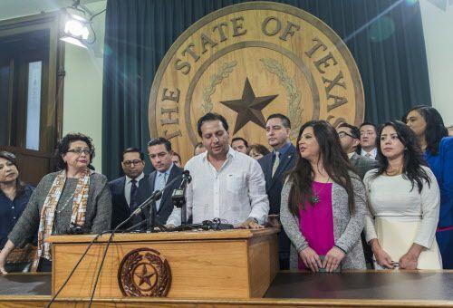 El diputado de la Cámara de representantes de Texas, Poncho Nevarez, del Distrito 74, habla sobre el altercado en el que estuvo envuelto durante el último día de la sesión legislativa en Austin el martes. Foto AP