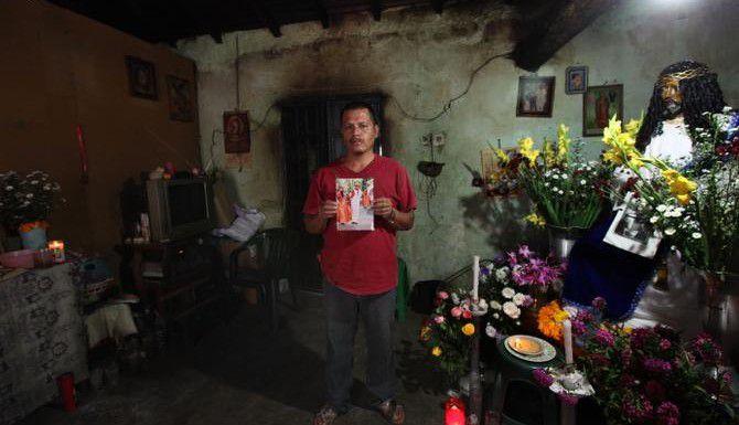 Clemente Rodriguez muestra una fotografía de su hijo Christian Rodríguez Telumbre en Tixtla, Guerrero. El joven es uno de los 43 estudiantes desaparecidos en Iguala, Guerrero. (AP/Marco Ugarte)