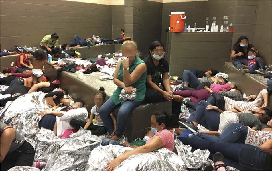 Fotografía incluida en el reporte de la oficina del Inspector General del Departamento de Seguridad Nacional que muestra las condiciones de un centro de detención para migrantes en McAllen, Texas.
