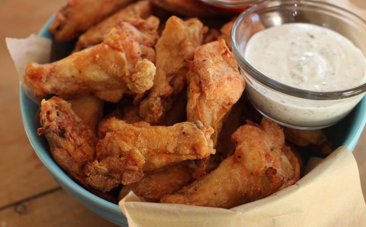 Las alitas de pollo deben quedar tan ricas que no permitan otra opción que comer más. (AP/MATTHEW MEAD)