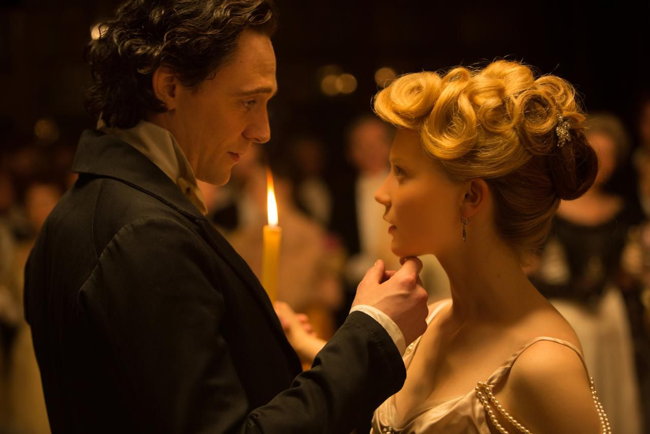 Tom Hiddleston, izquierda, y Mia Wasikowska son los protagonistas de 'Crimson Peak' (AP/Kerry Hayes)