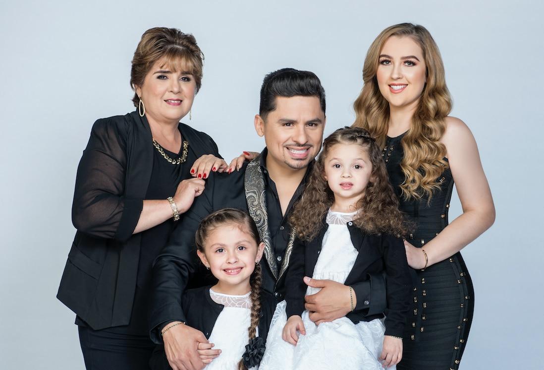 Larry Hernández y su familia en 'Larrymanía' de Universo. Foto cortesía Universo.