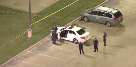 Policías en el estacionamiento de XTC en Dallas, donde hubo una balacera el miércoles.