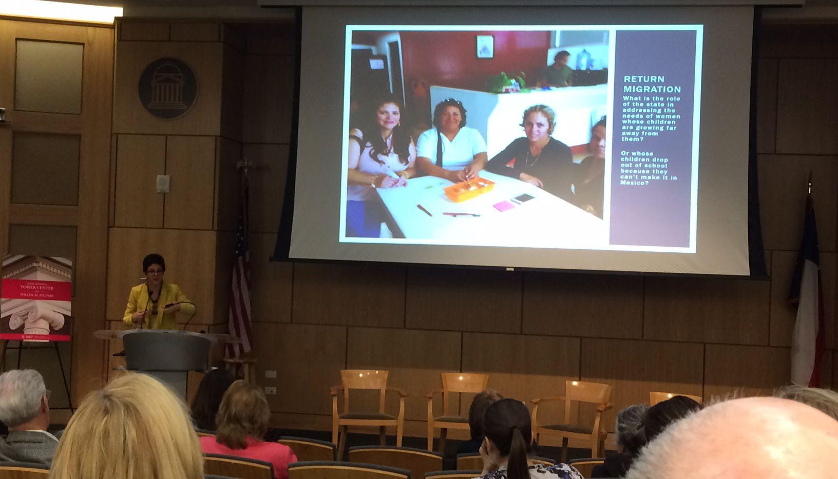 Miryam Hazán muestra imágenes de inmigrantes recientemente deportadas a México durante un panel sobre inmigración desarrollado por el Tower Center en SMU. JUAN JARAMILLO/AL DÍA