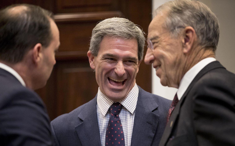 Ken Cuccinelli (centro) fue Fiscal General de Virginia. AP Photo/Andrew Harnik, File)