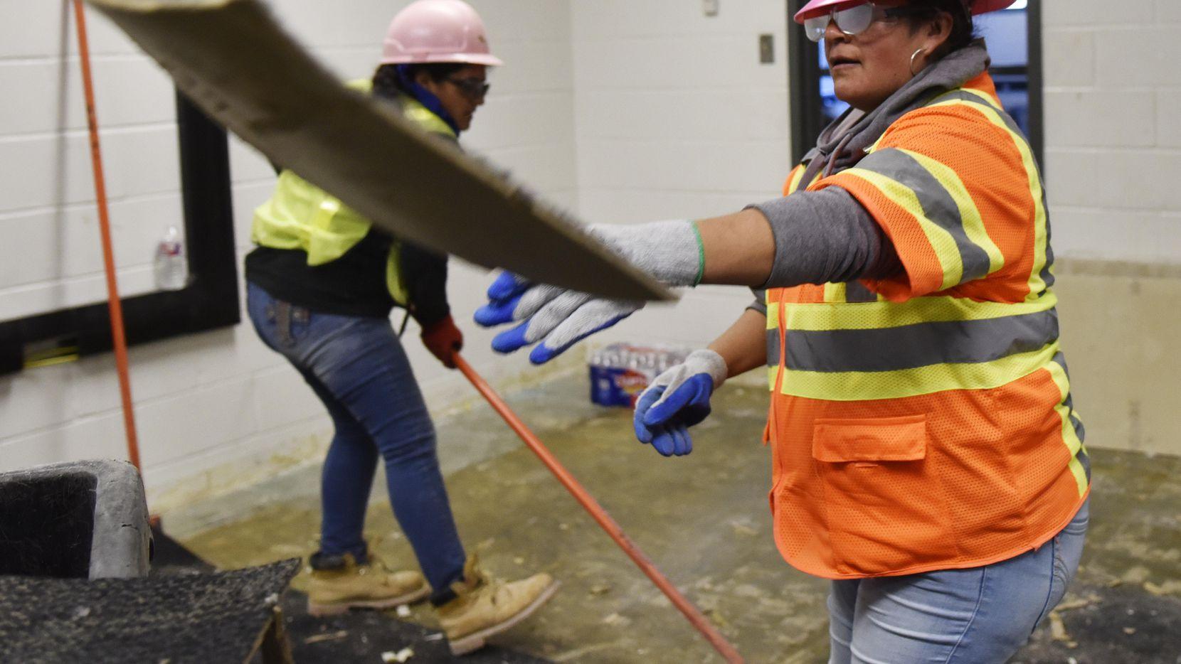 María Guadalupe León (der.) trabaja junto a Juventina Vázquez en la demolición de aulas de una escuela del DISD.  BEN TORRES/AL DÍA