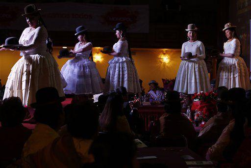 La moda de las cholitas bolivianas llegará a las pasarelas de la Semana de la Moda de Nueva York en septiembre de 2016 con los diseños de Eliana Paco, especialista en la vestimenta de la mujer de pollera./AGENCIA REFORMA