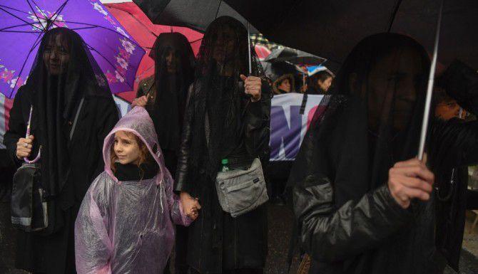 Mujeres marcharon de luto (AP)