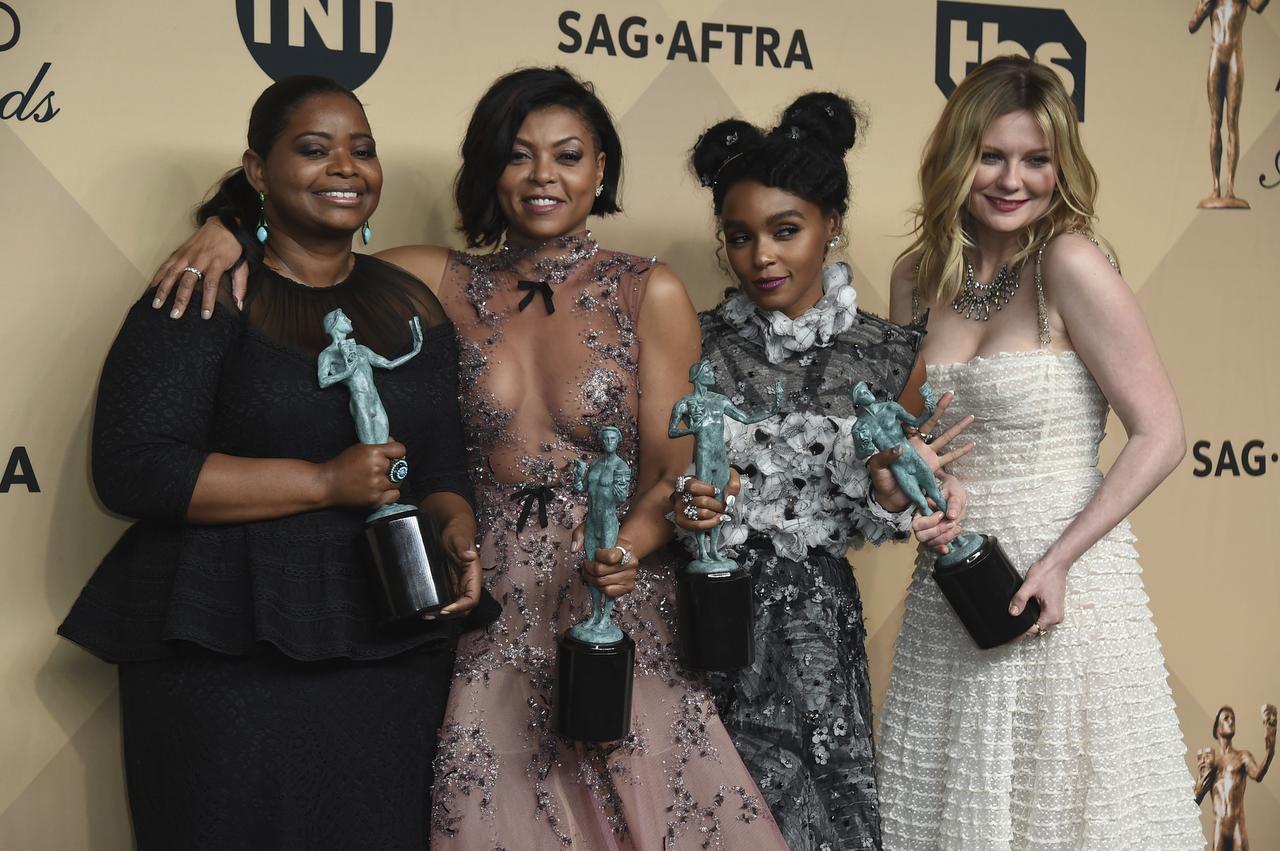 """Octavia Spencer, Taraji P. Henson, Janelle Monae, y Kirsten Dunst recibieron el premio del Sindicato de Actores por su actuación en la película """"Hidden Figures"""".(AP)"""
