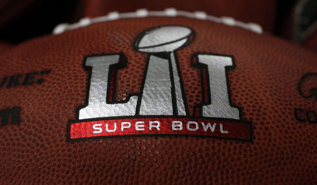 El primer balón a usarse en el Super Bowl es presentado en la fábrica Wilson Sporting Goods el domingo 22 de enero de 2017 en Ada, Ohio. (AP Photo/Charles Rex Arbogast)