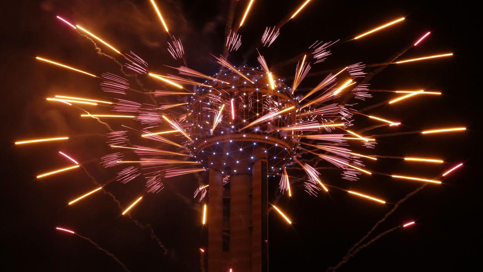 Reunion Tower presenta un show de fuegos artificiales cada 31 de diciembre. (DMN/Nathan Hunsinger)