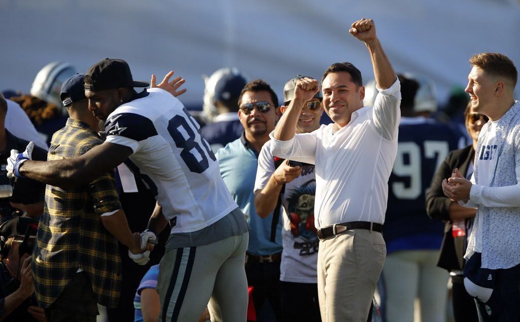 Former boxer and now promoter 'Golden Boy' Oscar De La Hoya (right) acknowledges his cheering fans after speaking to the team following afternoon practice at training camp in Oxnard, California, Tuesday, August 9, 2016. (Tom Fox/The Dallas Morning News)