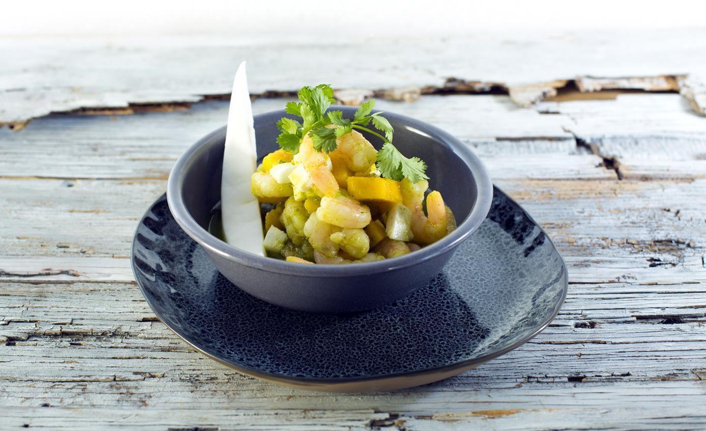 La ensalada de camarón, mango y coco reslta el contraste de sabores de sus ingredientes, sazonados con jugo de limón, cilantro y chiles.(AGENCIA REFORMA)