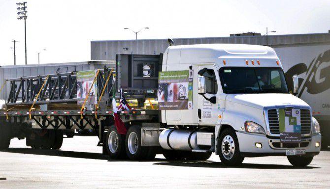 El primer camión comercial que cruzó de México a Garland, desde Apodaca, Nuevo León, en el 2011. (AP/RICARDO SANTOS)