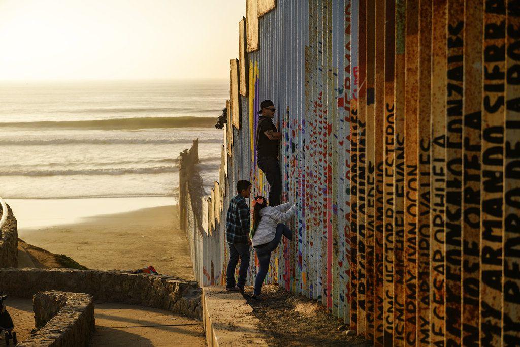 Foto de la barrera entre Estados Unidos y México, cerca de Tijuana, México, el 24 de diciembre del 2018.  (AP Photo/Daniel Ochoa de Olza)