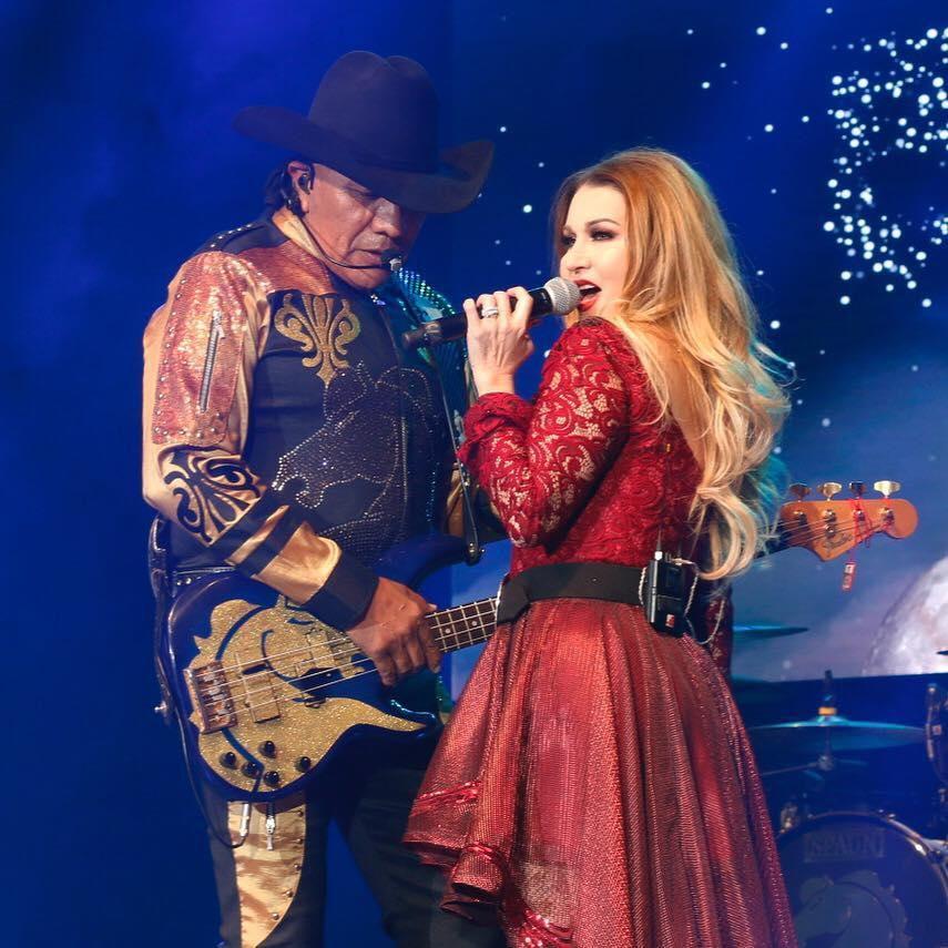 Alicia Villarreal con Bronco el año pasado en el Auditorio Nacional de México.(FACEBOOK ALICIA VILLARREAL)