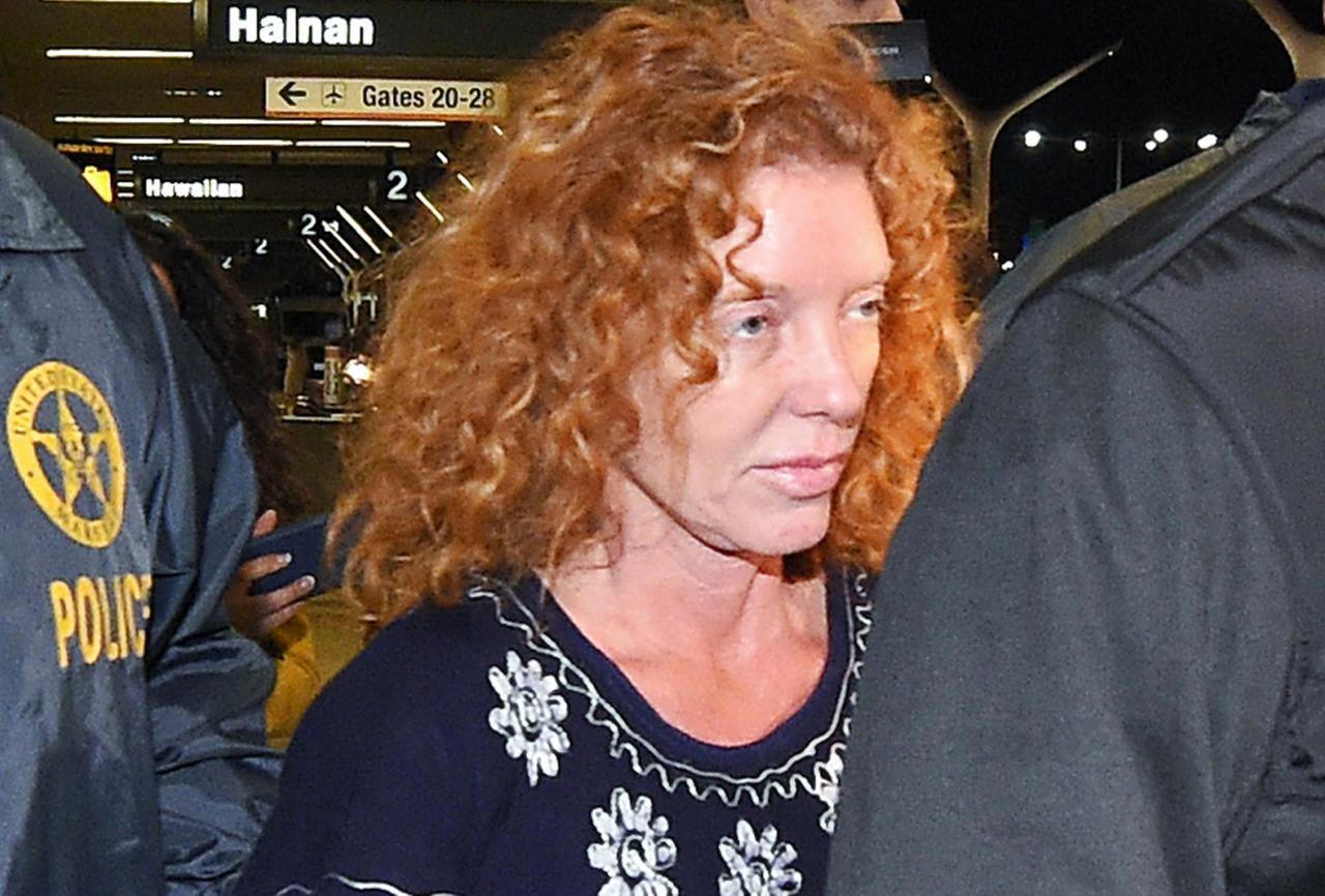 Tonya Couch, madre de Ethan, es custodiada por las autoridades a su llegada a los Ángeles, luego de ser deportada de México. (AP/MARK J. TERRILL)
