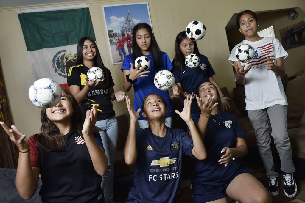 Un grupo de amigas de la escuela Uplift Williams de Dallas se reunieron el viernes 28 de junio para ver la victoria de Estados Unidos 2-1 sobre Francia en cuartos de final del Mundial Femenino de la FIFA. (Foto de Ben Torres para AL DÍA)