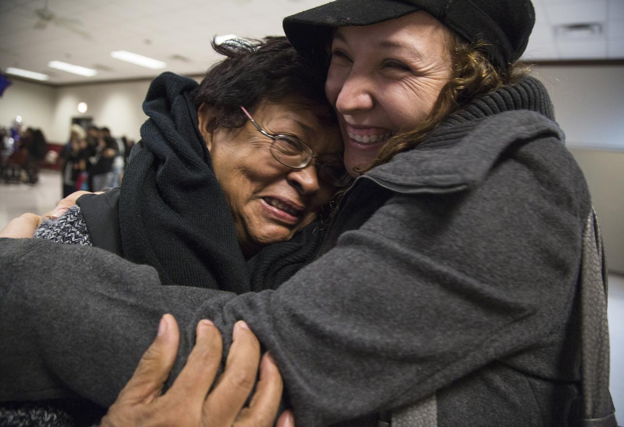 Sandra Núñez (der.) abraza a su madre Rogelia por primera vez en 14 años gracias a un programa auspiciado por Federación Casa Zacatecas en Dallas. Un programa similar busca reunir a familias de San Luis Potosí. (MARÍA OLIVAS/AL DÍA)