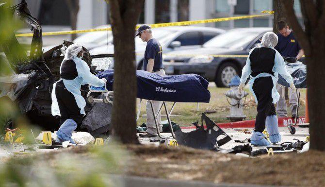 Paramédicos retiran los cuerpos de los dos pistoleros que atacaron una exhibición del profeta Mahoma en Garland la noche del domingo. (AP/BRANDON WADE)
