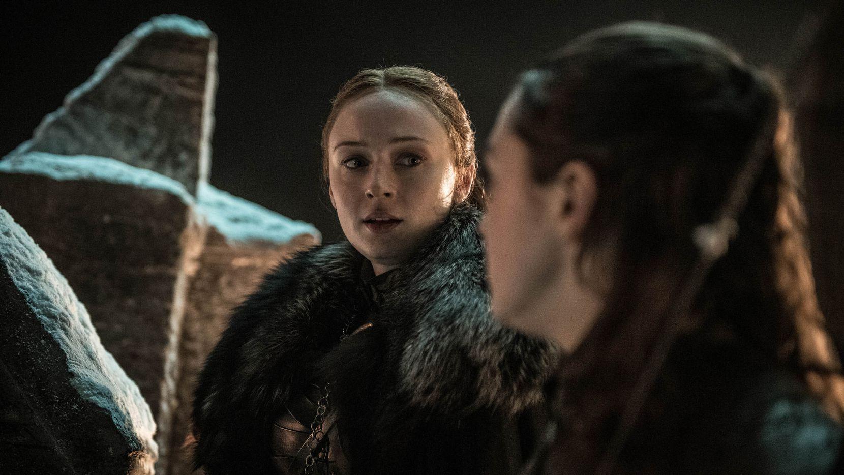 Samsa, izq., (Sophie Turner) decide ir a esconderse en la cripta. Arya (Masie Williams) decide enfrentarse a lo muertos. HBO