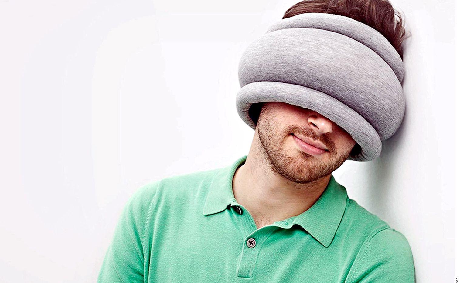 Esta almohada ligera es justo lo que necesitas para regalarte un momento de descanso durante las escalas o en el vuelo. Por su diseño Ostrich Pillow, que se ajusta alrededor del cuello o la cabeza, sirve como un soporte o incluso para cubrir los ojos de la luz. AGENCIA REFORMA